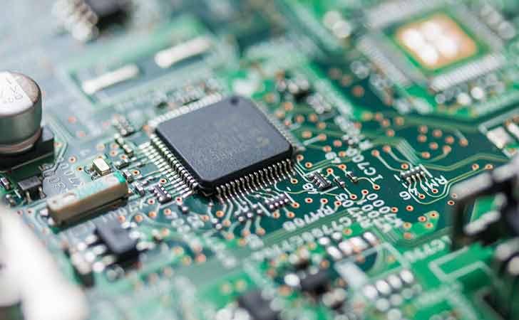 Ein Taschenrechner von innen mit einem elektronischen Microchip.